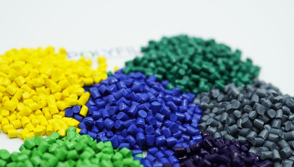 The granules form makes plastic color masterbatch environmentally friendly
